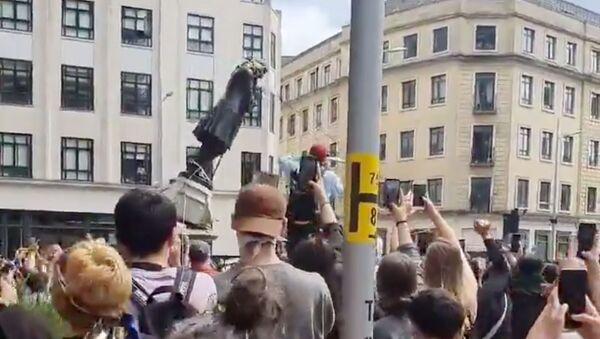 Manifestantes derriban la estatua de Edward Colston durante las protestas en Bristol, el Reino Unido - Sputnik Mundo