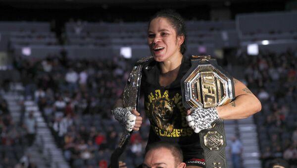 Amanda Nunes luchadora brasileña de peso pluma en la UFC - Sputnik Mundo