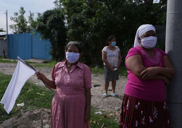 Unas mujeres con mascarillas en El Salvador