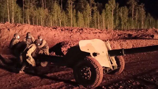 Así un cañón antitanque ayudó a extinguir un incendio en un pozo petrolíferoen Rusia - Sputnik Mundo