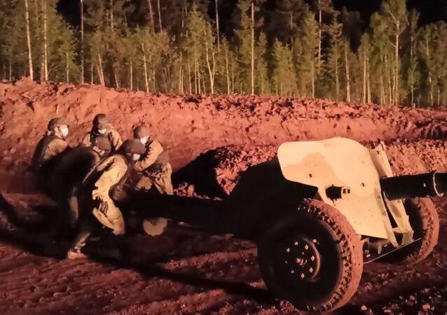 Así un cañón antitanque ayudó a extinguir un incendio en un pozo petrolíferoen Rusia