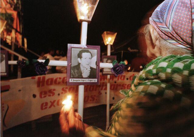 Una anciana de El Salvador homenajea a los jesuitas asesinados