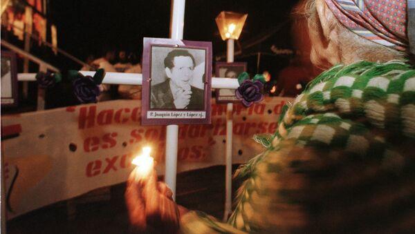 Una anciana de El Salvador homenajea a los jesuitas asesinados - Sputnik Mundo