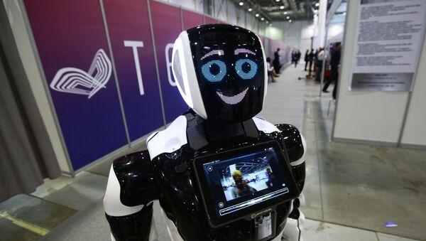 El robot ruso Promobot en el foro internacional Tehnoprom-2019 - Sputnik Mundo