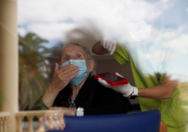 Una mujer en mascarilla durante el brote de coronavirus en España
