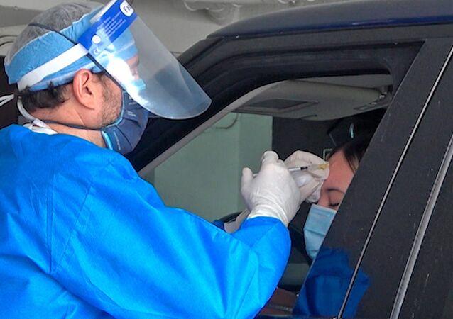 Dr. Miami reparte botox para llevar a los automovilistas