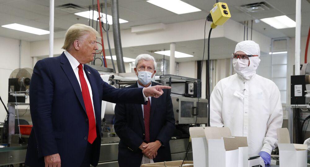 El presidente de EEUU, Donald Trump, sin elementos de protección durante su visita a Puritan Medical Products