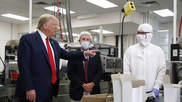 El presidente de EEUU, Donald Trump, sin elementos de protección durante su visita a Puritan Medical Products - Sputnik Mundo