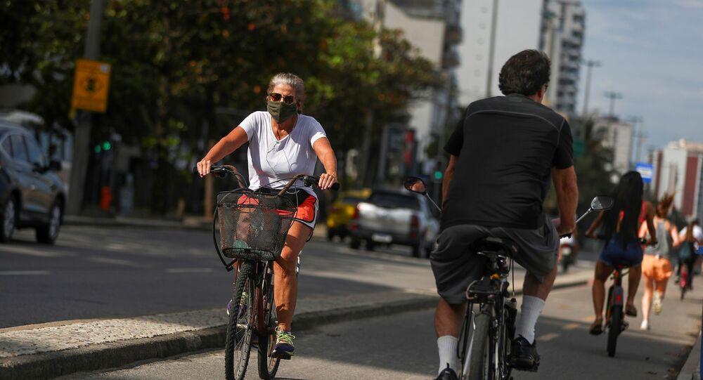 Personas montando en bicicleta en Río de Janeiro, Brasil