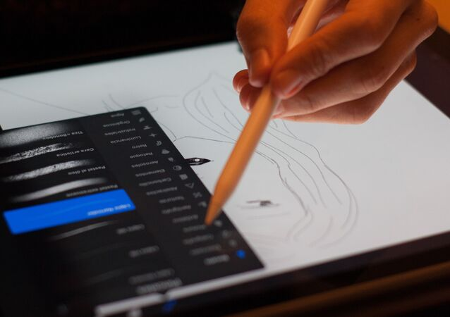 Una persona dibuja en una tableta