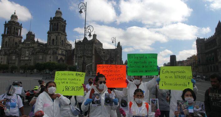 Colectivos de familiares de personas desaparecidas se manifiestan frente al Palacio Nacional exigiendo atención al lresidente de la República sobre el presupuesto de la Comisión Ejecutiva de Atención Víctimas y la renuncia de su titular Mara Gómez