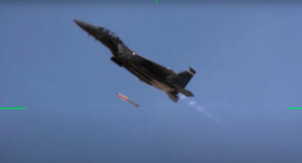 Un caza F-15 durante un vuelo de demostración de compatibilidad con la bomba B61-12