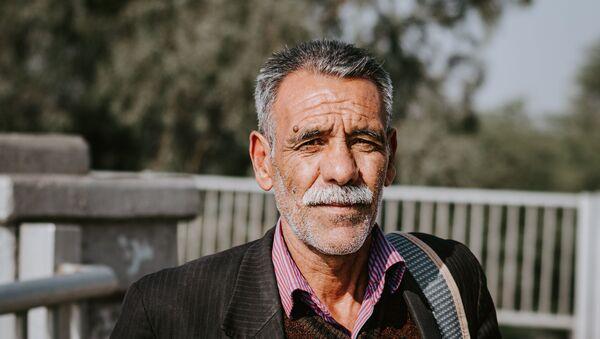 Un hombre con cabellos canosos - Sputnik Mundo
