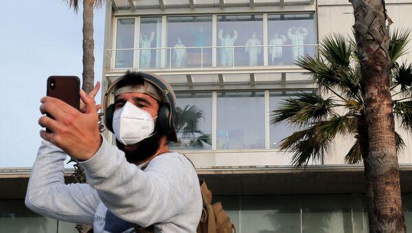 Un chico se hace un selfie homenajeando a los sanitarios del Hospital del Mar en Barcelona - Sputnik Mundo