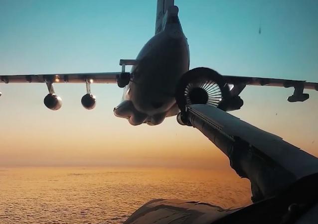 Los bombarderos Tu-160 repostan en pleno vuelo de día y de noche