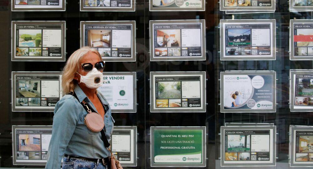 Una mujer con mascarilla en Barcelona, España