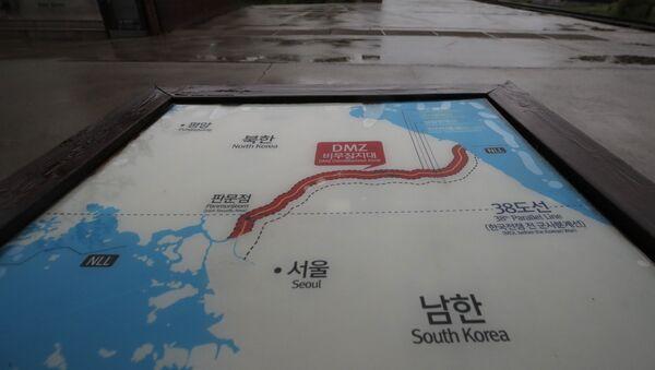 Una placa que marca la zona desmilitarizada entre Corea del Sur y Corea del Norte - Sputnik Mundo