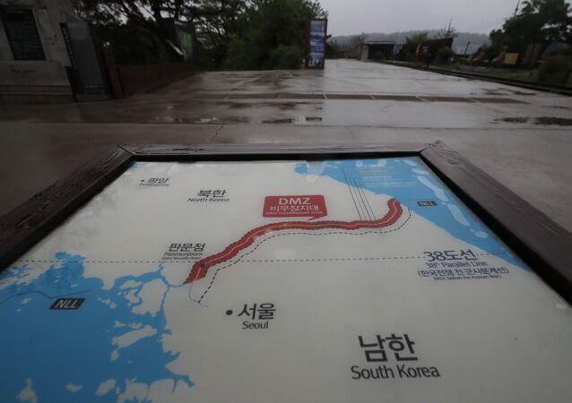 Una placa que marca la zona desmilitarizada entre Corea del Sur y Corea del Norte