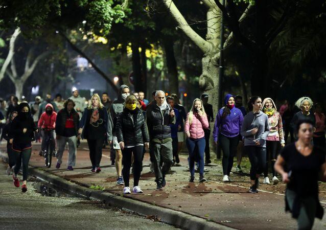 Personas realizando actividad física durante la pandemia en los Bosques de Palermo, Ciudad de Buenos Aires