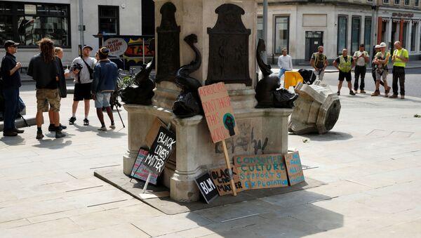 El derribo de la escultura del comerciante de esclavos Edward Colston en Bristol - Sputnik Mundo
