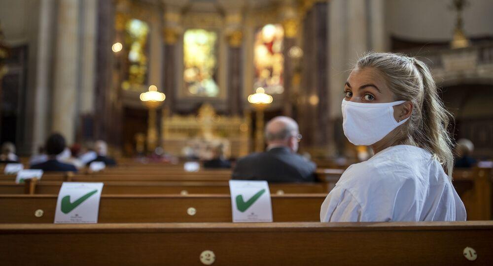 Una mujer en misa