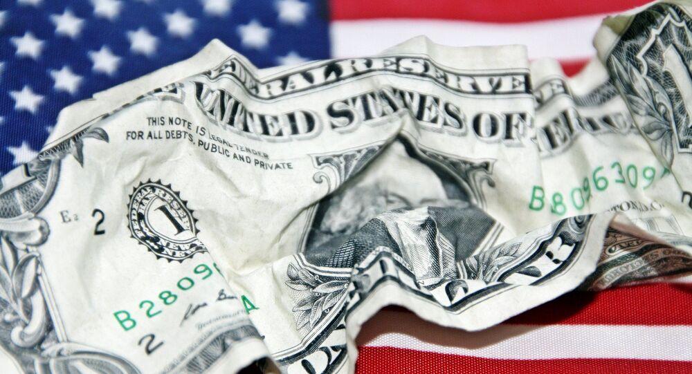 Un dólar arrugado sobre el fondo de una bandera estadounidense