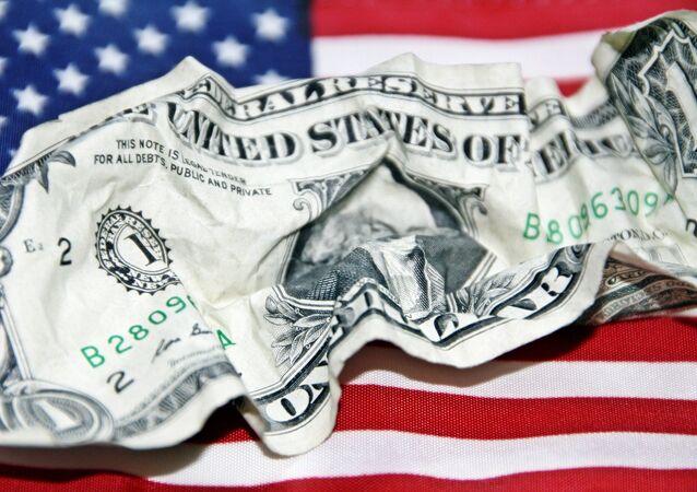 Un dólar arrugado con una bandera estadounidense de fondo