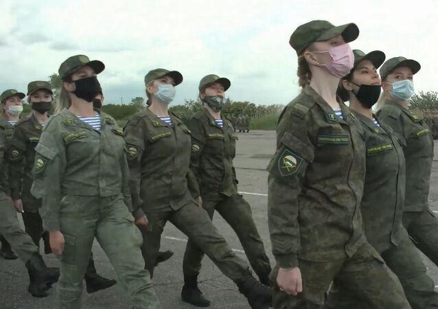 Mujeres militares se preparan para el Desfile de la Victoria en Rusia