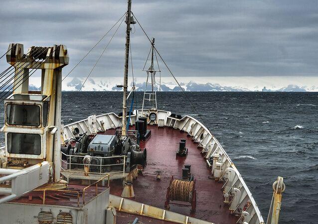 La expedición a bordo del barco oceanográfico ruso Almirante Vladimirskiy se acerca a la costa de la isla de Alejandro I en la Antártida