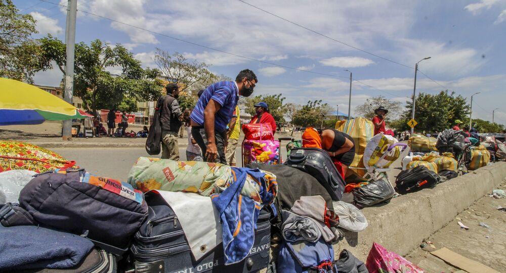 Migrantes venezolanos volviendo a su país a través del Puente Simón Bolívar