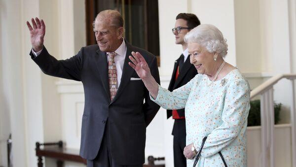 La reina Isabel II y su esposo, Felipe de Edimburgo (archivo) - Sputnik Mundo