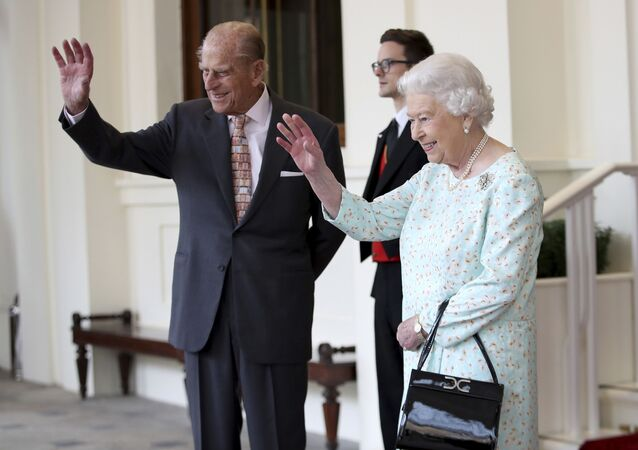 La reina Isabell II y su esposo, Felipe de Edimburgo (archivo)