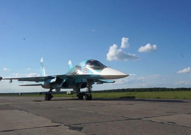 Trabajo en equipo: los Su-34 y los Su-24MR realizan vuelos en grupos a distancias mínimas