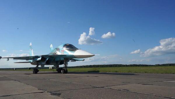 Trabajo en equipo: los Su-34 y los Su-24MR realizan vuelos en grupos a distancias mínimas - Sputnik Mundo