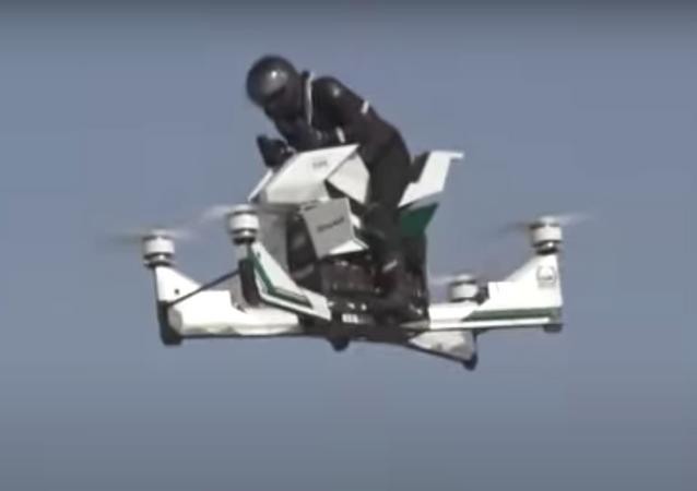 Piloto de motocicleta voladora se cae al suelo durante las pruebas del vehículo