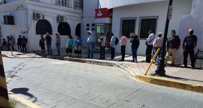 Pago de sembradores del programa Sembrando Vida en la capital municipal de Ocosingo (Chiapas),  el 9 de junio de 2020