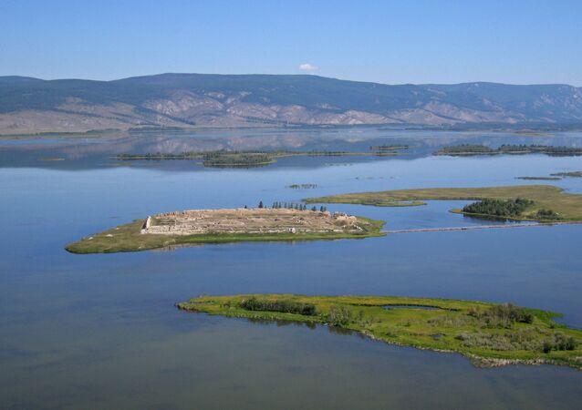 Las ruinas de Por-Bajin en una isla en el lago Tere-Jol