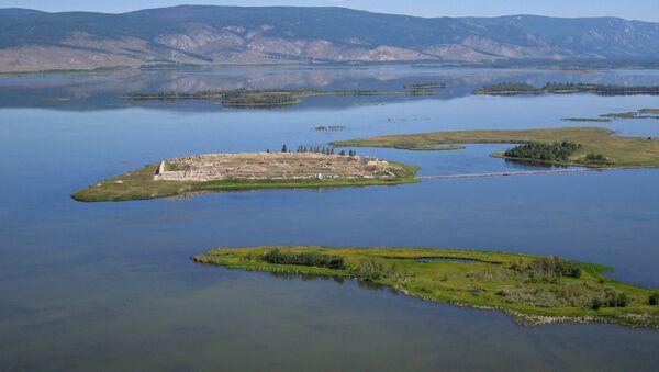 Las ruinas de Por-Bajin en una isla en el lago Tere-Jol - Sputnik Mundo