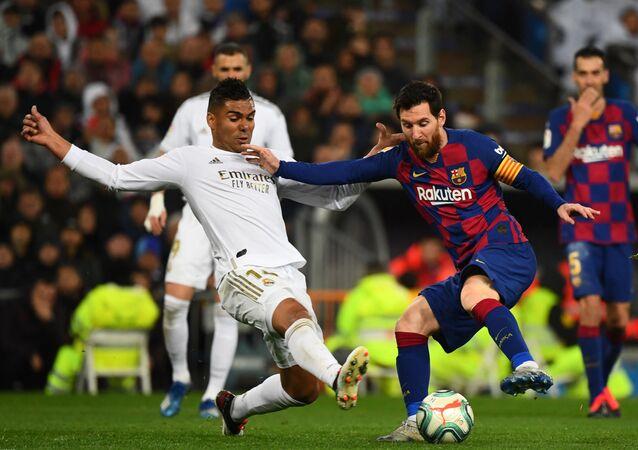 Leo Messi y Casemiro durante el Real Madrid-Barcelona del 1 de marzo de 2020