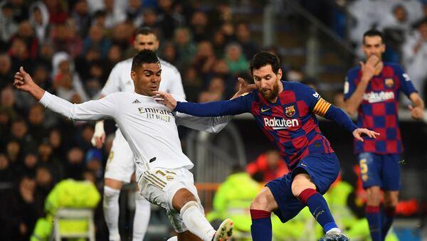 Leo Messi y Casemiro durante el Real Madrid-Barcelona del 1 de marzo de 2020 - Sputnik Mundo