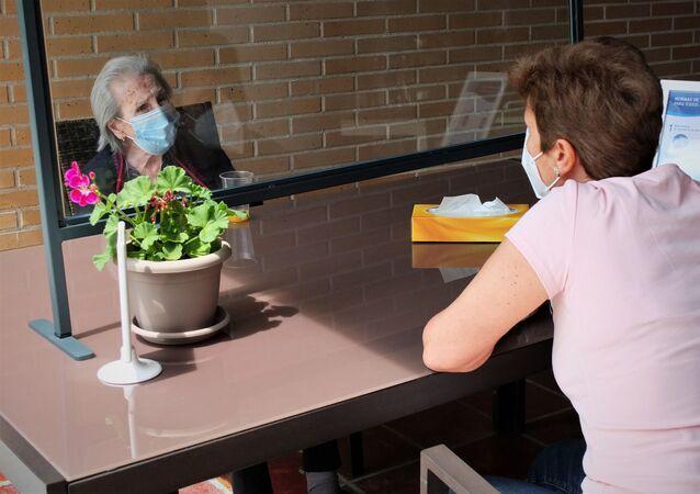 Visitación Infante, de 95 años, recibe visita familiar en una residencia de ancianos de Madrid