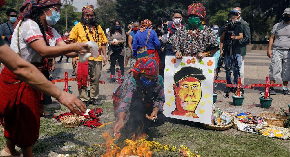 Indígenas maya durante una ceremonia en memoria de Domingo Choc en Ciudad de Guatemala