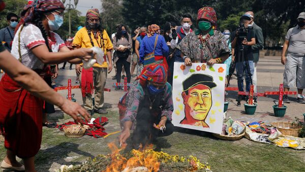 Indígenas maya durante una ceremonia en memoria de Domingo Choc en Ciudad de Guatemala - Sputnik Mundo