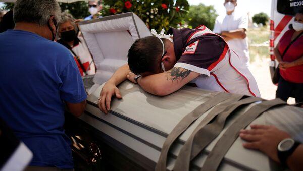 Funeral de un fallecido por COVID-19 en México - Sputnik Mundo