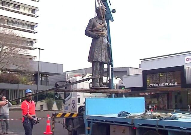 La retirada de la estatua del capitán John Hamilton en Nueva Zelanda