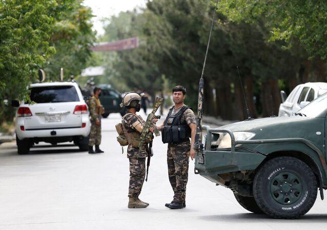 Fuerzas de Seguridad afganas cerca del lugar de la explosión en Kabul