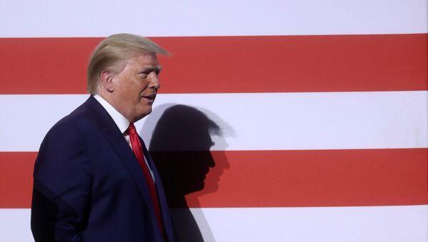 Donald Trump en una mesa redonda en Dallas - Sputnik Mundo