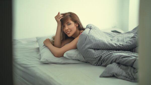 Una joven en la cama - Sputnik Mundo