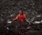 La foto fue tomada en la parte más septentrional de los montes Urales, en la frontera entre Europa y Asia. La mujer lleva el traje nacional de los komi mientras cuida una manada de ciervos.