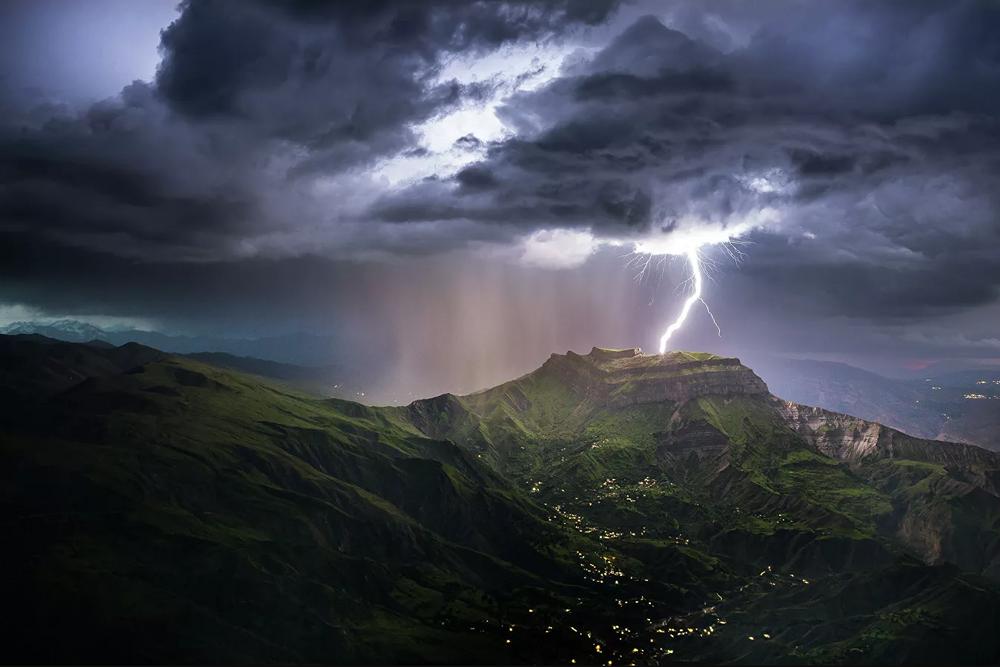 El legendario monte Montura, el más famoso de Daguestán, con un raro fenómeno de la naturaleza: un rayo que cae directamente en la cima.